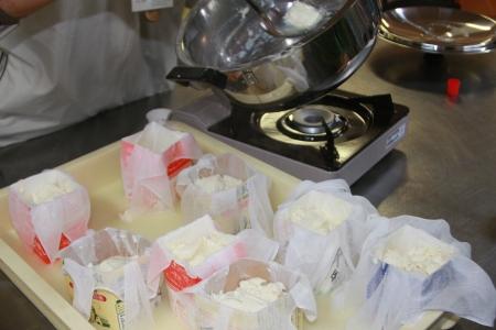 豆腐作り体験・ガーゼやさらしと牛乳パック