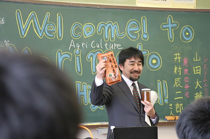 2011年2月森本中学校で講演中の井村